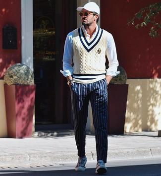 Как и с чем носить: бежевый трикотажный жилет, голубая рубашка с длинным рукавом, темно-синие брюки чинос в вертикальную полоску, белые низкие кеды из плотной ткани с принтом