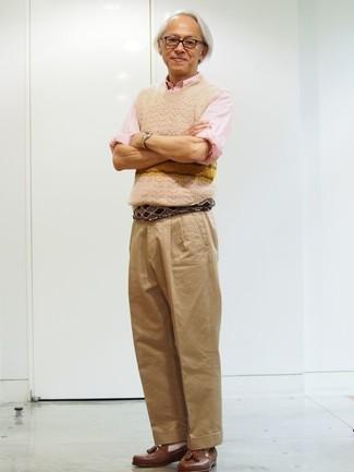 Розовая рубашка с длинным рукавом: с чем носить и как сочетать мужчине: Лук из розовой рубашки с длинным рукавом и светло-коричневых брюк чинос смотрится круто и по моде. Хотел бы добавить в этот наряд толику нарядности? Тогда в качестве дополнения к этому ансамблю, выбирай коричневые кожаные лоферы с кисточками.
