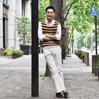 Мода для 30-летних мужчин: Если ты принадлежишь к той категории джентльменов, которые одеваются со вкусом, тебе подойдет дуэт бежевого трикотажного жилета с жаккардовым узором и белых джинсов. Очень подходяще здесь смотрятся темно-коричневые замшевые ботинки дезерты.