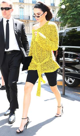 Как и с чем носить: желтая вязаная туника, черные велосипедки, черные кожаные босоножки на каблуке, черный замшевый клатч