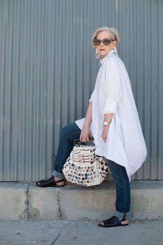 Как и с чем носить: белая льняная туника, темно-синие джинсы, черные кожаные сандалии на плоской подошве, белая большая сумка из плотной ткани с вышивкой
