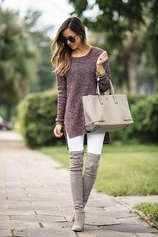 Как и с чем носить: темно-красная вязаная туника, белые джинсы скинни, серые замшевые ботфорты, бежевая кожаная большая сумка