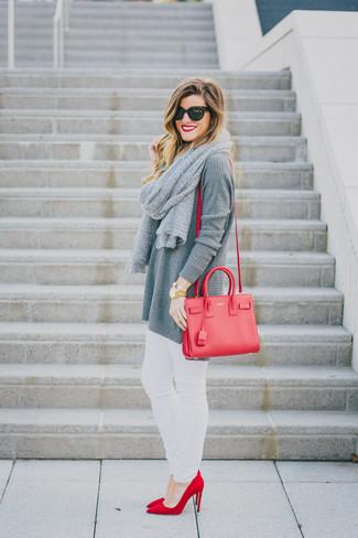 Как и с чем носить: серая вязаная туника, белые джинсы скинни, красные замшевые туфли, красная кожаная сумка через плечо