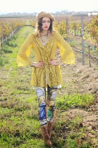 Как и с чем носить: желтая туника, разноцветные леггинсы с принтом, коричневые кожаные ботильоны на шнуровке, светло-коричневый берет