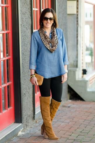 Как и с чем носить: синяя джинсовая туника, черные леггинсы, светло-коричневые замшевые ботфорты, светло-коричневый кожаный клатч