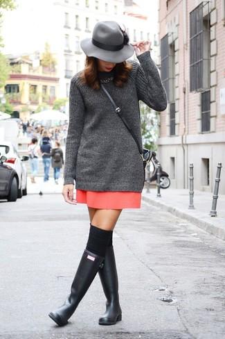 Как и с чем носить: темно-серая вязаная туника, красная мини-юбка, черные резиновые сапоги, черные носки до колена