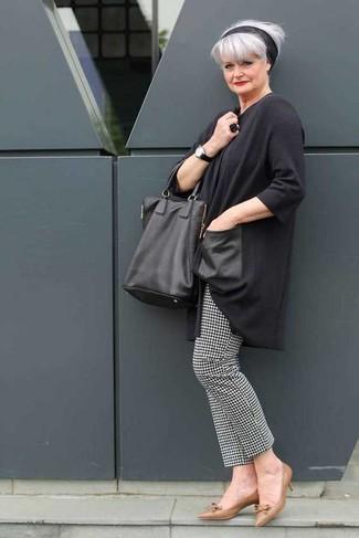"""Как и с чем носить: темно-серая туника, черно-белые узкие брюки с узором """"гусиные лапки"""", коричневые кожаные туфли, черная кожаная большая сумка"""