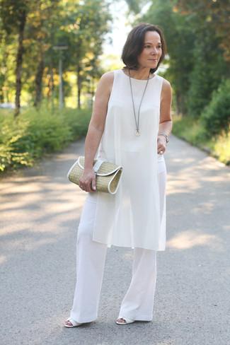 Как и с чем носить: белая шелковая туника, белые широкие брюки, белые кожаные босоножки на каблуке, светло-коричневый соломенный клатч