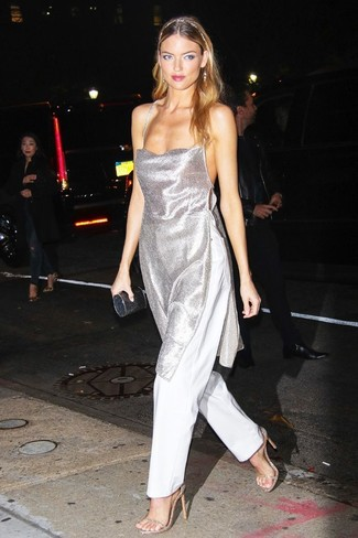 Модные женские луки 2020 фото: Серебряная туника в сочетании с белыми широкими брюками поможет выразить твой оригинальный личный стиль и выигрышно выделиться из толпы. Золотые кожаные босоножки на каблуке неплохо дополнят этот образ.