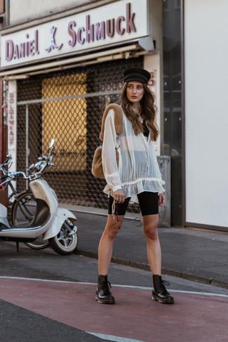 Как и с чем носить: черный кружевной укороченный топ, белая шифоновая блуза-крестьянка, черные велосипедки, черные кожаные ботинки на шнуровке