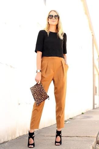 Как и с чем носить: черный укороченный топ, табачные брюки-галифе, черные замшевые босоножки на каблуке, светло-коричневый замшевый клатч с леопардовым принтом