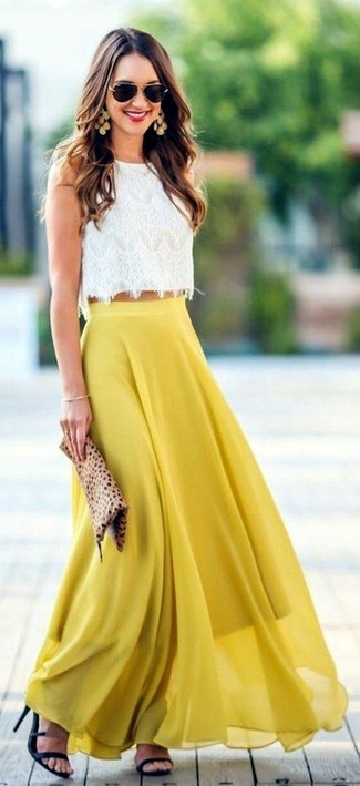 Как и с чем носить: белый кружевной укороченный топ, желтая шифоновая длинная юбка со складками, черные кожаные босоножки на каблуке, светло-коричневый замшевый клатч с леопардовым принтом