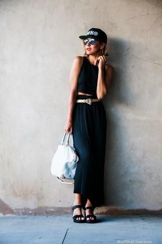 Как и с чем носить: черный укороченный топ, черная длинная юбка, черные кожаные босоножки на танкетке, белая кожаная большая сумка