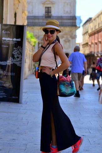 Как и с чем носить: розовый укороченный топ, черная длинная юбка с разрезом, ярко-розовые кроссовки, светло-коричневая соломенная шляпа