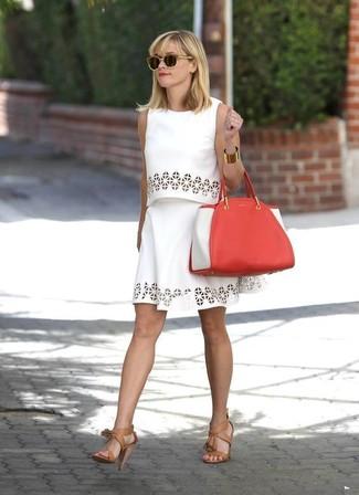 Как и с чем носить: белый укороченный топ с люверсами, белая короткая юбка-солнце с люверсами, светло-коричневые кожаные босоножки на каблуке, красная кожаная большая сумка