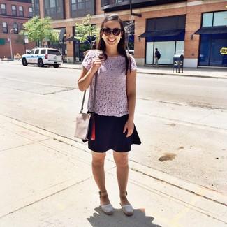 Как и с чем носить: светло-фиолетовый укороченный топ крючком, черная короткая юбка-солнце, белые кожаные эспадрильи, серая кожаная сумка через плечо