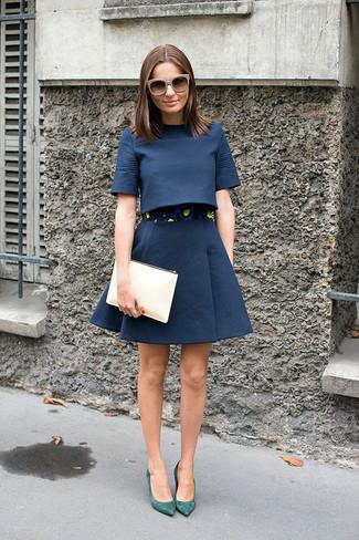 Как и с чем носить: темно-синий укороченный топ, темно-синяя пышная юбка, зеленые замшевые туфли, бежевый кожаный клатч