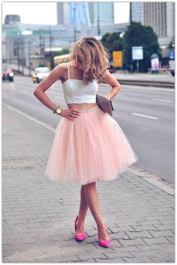 Розовый топ с белой юбкой