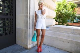 Как и с чем носить: белый укороченный топ крючком, белые шорты, ярко-розовые кожаные босоножки на каблуке, бирюзовая кожаная большая сумка