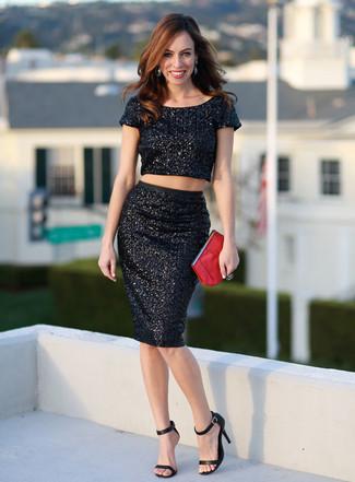 Как и с чем носить: черный укороченный топ с пайетками, черная юбка-карандаш с пайетками, черные кожаные босоножки на каблуке, красный кожаный клатч