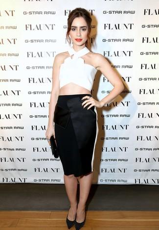 Как и с чем носить: белый укороченный топ, черная юбка-карандаш, черные кожаные туфли с шипами, черный кожаный клатч