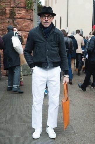 Темно-синий шарф: с чем носить и как сочетать мужчине: Если ты ценишь комфорт и практичность, темно-серая университетская куртка и темно-синий шарф — классный выбор для стильного мужского лука на каждый день. Любители модных экспериментов могут закончить ансамбль белыми кожаными низкими кедами, тем самым добавив в него чуточку строгости.