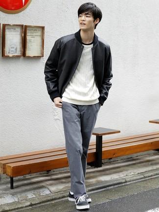 Как и с чем носить: черная университетская куртка, белый вязаный свитер, черная футболка с круглым вырезом, серые брюки чинос