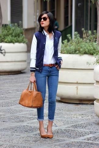 Как и с чем носить: темно-сине-белая университетская куртка, белая классическая рубашка, синие джинсы скинни, коричневые замшевые туфли