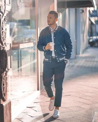 Как и с чем носить: темно-синяя университетская куртка, голубая рубашка с длинным рукавом в вертикальную полоску, темно-синие брюки чинос, белые кожаные низкие кеды