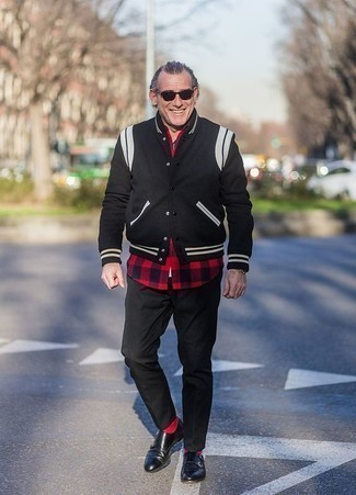 Черные кожаные монки с двумя ремешками: с чем носить и как сочетать: Черная университетская куртка и черные брюки чинос — must have предметы в гардеробе мужчин с отменным вкусом в одежде. Думаешь привнести в этот ансамбль нотку утонченности? Тогда в качестве обуви к этому ансамблю, стоит обратить внимание на черные кожаные монки с двумя ремешками.