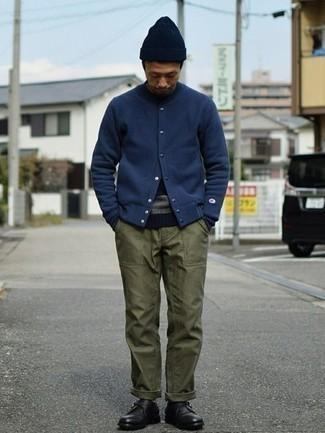 С чем носить черные кожаные монки: Темно-синяя университетская куртка и оливковые брюки чинос прочно закрепились в гардеробе многих мужчин, помогая создавать яркие и комфортные луки. Этот лук получает новое прочтение в тандеме с черными кожаными монками.