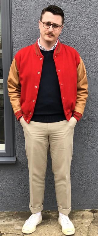 Как и с чем носить: красная университетская куртка, черный свитер с круглым вырезом, белая рубашка с длинным рукавом, бежевые брюки чинос