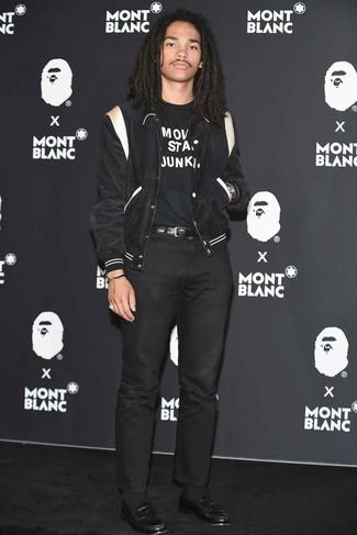 Как и с чем носить: черно-белая университетская куртка, черно-белая футболка с круглым вырезом с принтом, черные брюки чинос, черные кожаные лоферы