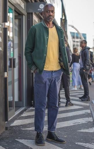 Черные кожаные ботинки дезерты: с чем носить и как сочетать: Привлекательное сочетание темно-зеленой университетской куртки и темно-синих брюк чинос поможет выразить твой индивидуальный стиль и выделиться из толпы. Черные кожаные ботинки дезерты добавят луку немного консерватизма.