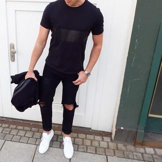 Как и с чем носить: черная университетская куртка, черная футболка с круглым вырезом, черные рваные джинсы, белые низкие кеды