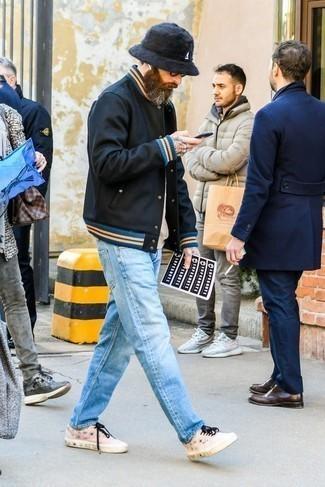 Черная университетская куртка: с чем носить и как сочетать мужчине: Черная университетская куртка и голубые джинсы прочно обосновались в гардеробе современных парней, позволяя создавать шикарные и стильные ансамбли. Пара розовых низких кед прекрасно подойдет к остальным элементам лука.