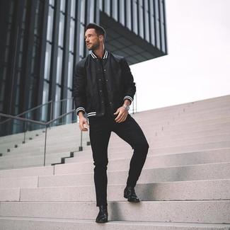Как и с чем носить: черно-белая университетская куртка, черная футболка с круглым вырезом, черные зауженные джинсы, черные кожаные ботинки челси