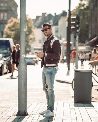 Как и с чем носить: черно-белая университетская куртка, белая футболка с круглым вырезом, голубые рваные зауженные джинсы, белые кожаные низкие кеды