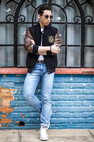 Если ты отдаешь предпочтение удобству и практичности, обрати внимание на сочетание черной университетской куртки и голубых зауженных джинсов. Любишь экспериментировать? Дополни лук белыми низкими кедами.