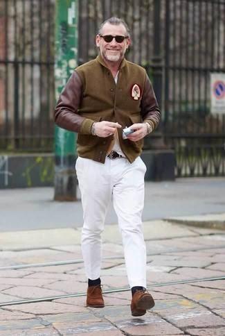 Белая футболка с v-образным вырезом: с чем носить и как сочетать мужчине: Белая футболка с v-образным вырезом и белые брюки чинос — уместное решение и для вечерних вылазок с друзьями, и для дневных поездок на выходных. Если ты любишь смелые решения в своих ансамблях, заверши этот коричневыми замшевыми оксфордами.