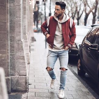 Как и с чем носить: темно-красная университетская куртка, серый худи, белая футболка с круглым вырезом, голубые рваные зауженные джинсы