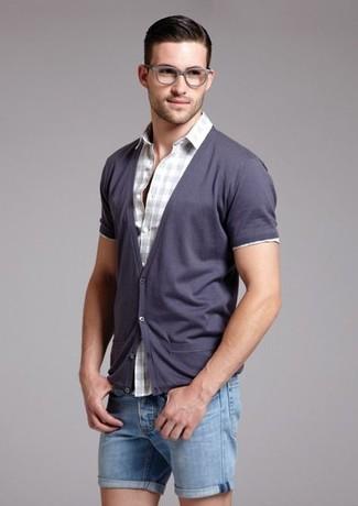 Как и с чем носить: фиолетовый кардиган, серая рубашка с коротким рукавом в мелкую клетку, синие джинсовые шорты