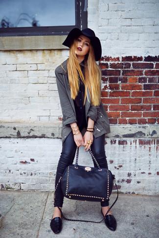 Как и с чем носить: темно-серая фиштейл-парка, черная шифоновая блуза на пуговицах, черные кожаные джинсы скинни, черные кожаные лоферы