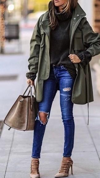 Как и с чем носить: оливковая фиштейл-парка, темно-серая вязаная водолазка, синие рваные джинсы скинни, бежевые замшевые туфли