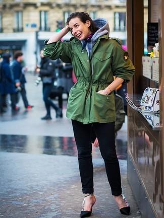 Как и с чем носить: зеленая фиштейл-парка, серый худи, черные джинсы, черные сатиновые туфли