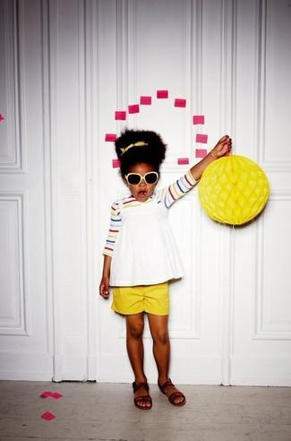 Как и с чем носить: разноцветная футболка в горизонтальную полоску, белая майка, желтые шорты, темно-коричневые босоножки