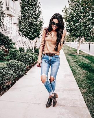 Как и с чем носить: светло-коричневая футболка на пуговицах, синие рваные джинсы скинни, темно-коричневые замшевые ботильоны с шипами, красная кожаная сумка через плечо