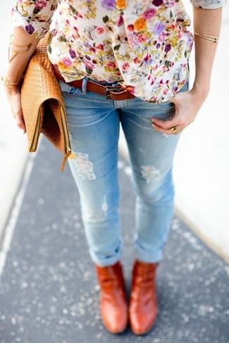 Как и с чем носить: белая футболка на пуговицах с цветочным принтом, голубые рваные джинсы скинни, табачные кожаные ботильоны, светло-коричневый кожаный клатч
