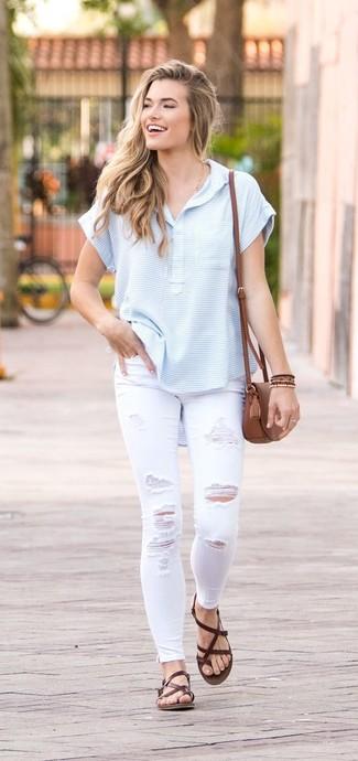 Как и с чем носить: голубая футболка на пуговицах в горизонтальную полоску, белые рваные джинсы скинни, темно-коричневые кожаные вьетнамки, коричневая кожаная сумка через плечо