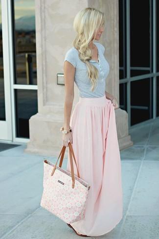Как и с чем носить: серая футболка на пуговицах, розовая длинная юбка со складками, темно-коричневые кожаные сандалии на плоской подошве, розовая большая сумка из плотной ткани с принтом